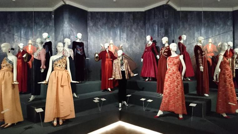 Hubert-de-givenchy-to-audrey-with-love-exhibition-view-gemeentemuseum-den-haag-the-hague-artdone1